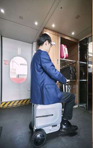 Airwheel SE3 smart robot suitcase